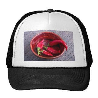 Pimientas de chile rojo calientes en un fondo de gorros