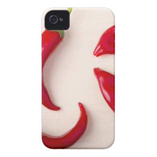 Pimientas de chile rojo calientes en un tablero de funda para iPhone 4 de Case-Mate