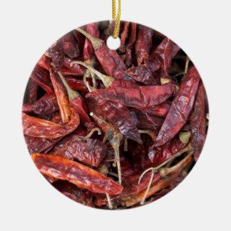 Pimientas de chile secadas adorno navideño redondo de cerámica