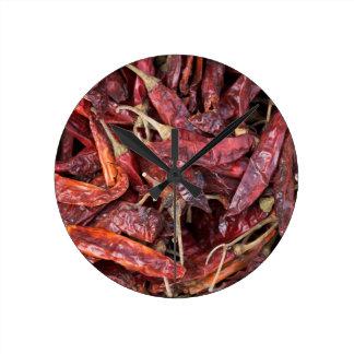 Pimientas de chile secadas reloj redondo mediano