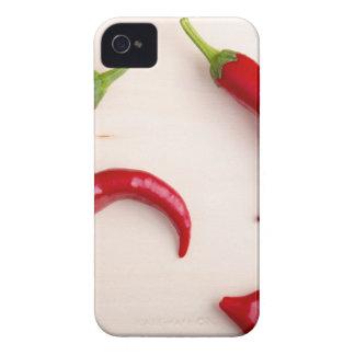 Pimientas del chile picante en un tablero de funda para iPhone 4 de Case-Mate