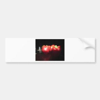 Pimientas rojas iluminadas por la sol en la pegatina para coche