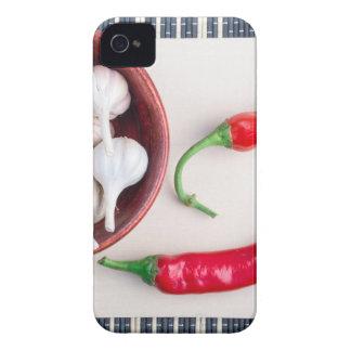 Pimientas y ajo de chiles en un cuenco de madera carcasa para iPhone 4 de Case-Mate
