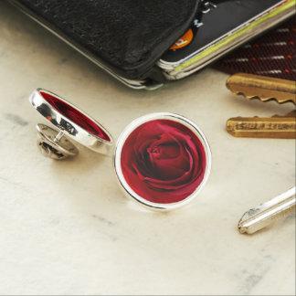 Pin color de rosa de color rojo oscuro