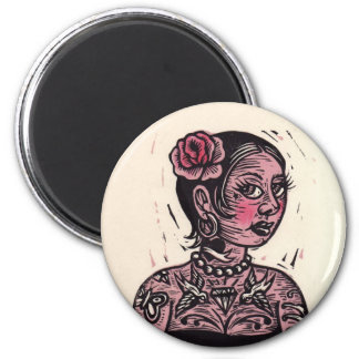 Pin del tatuaje encima del chica imán redondo 5 cm