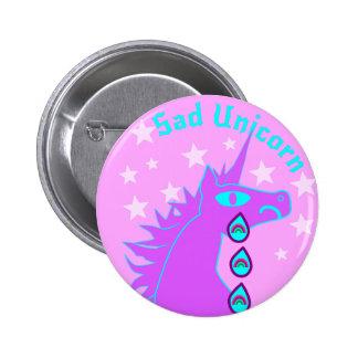 Pin gritador de los arco iris del unicornio triste chapa redonda de 5 cm