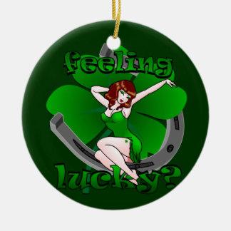 Pin irlandés de la suerte encima del regalo modelo adorno navideño redondo de cerámica