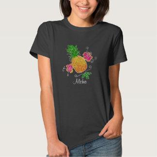 Piña de la hawaiana con la camisa de las mujeres