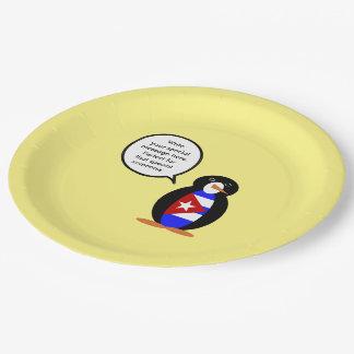 Pingüino cubano de la bandera que habla plato de papel