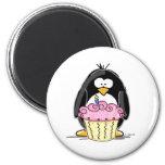 Pingüino del cumpleaños con la magdalena imán para frigorífico