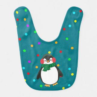 Pingüino del navidad con las orejeras en el babero
