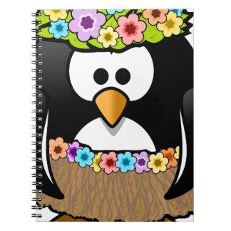 Pingüino hawaiano con las flores y la falda de cuaderno