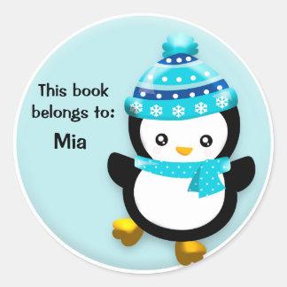 Pingüino lindo con el pegatina azul del nombre del
