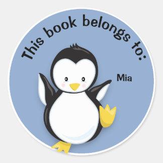 Pingüino lindo en el pegatina de la placa de