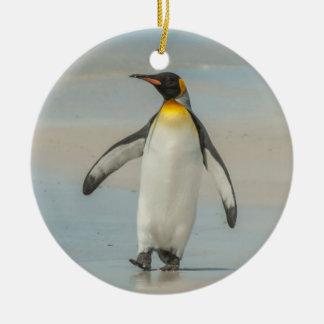 Pingüino que camina en la playa adorno navideño redondo de cerámica