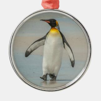 Pingüino que camina en la playa adorno navideño redondo de metal