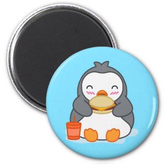 Pingüino que come el imán lindo del refrigerador