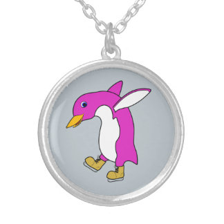 Pingüino rosado del navidad con los patines de colgante redondo