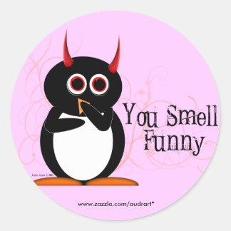 Pingüino usted huele a los pegatinas divertidos pegatina redonda