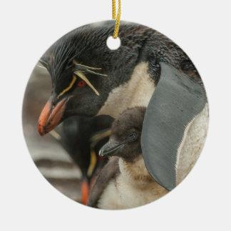 Pingüino y polluelo de Rockhopper Adorno Navideño Redondo De Cerámica