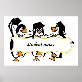 Pingüinos de graduación w/Banner del dibujo Póster