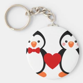 Pingüinos en amor llavero redondo tipo chapa