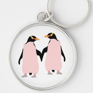 Pingüinos lesbianos del orgullo gay que llevan a llavero redondo plateado