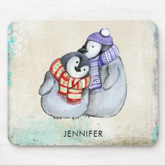 Pingüinos lindos en las bufandas y los gorras del alfombrilla de ratón