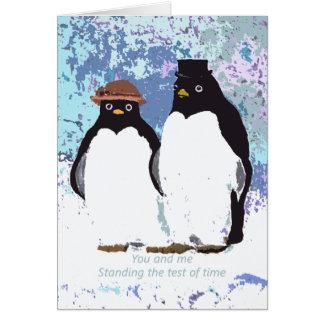 Pingüinos usted y yo que colocan la prueba del tarjeta
