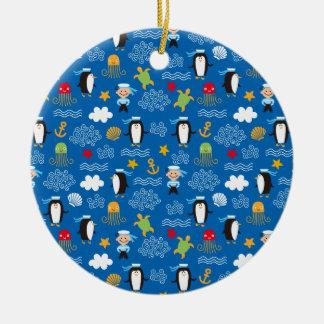Pingüinos y marineros adorno redondo de cerámica