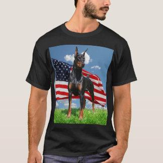 Pinscher del Doberman con la camiseta de la