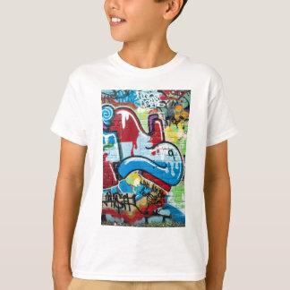 Pintada abstracta en la pared de ladrillo camiseta