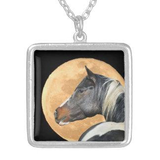 Pinte el collar del caballo y de la Luna Llena