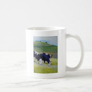 Pintura de las vacas blancos y negros del taza de café