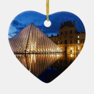 Pirámide en el museo del Louvre, París, Francia Adorno De Cerámica En Forma De Corazón