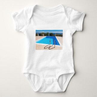 Piscina azul con pasos en el mar body para bebé