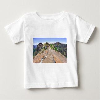 Pista de senderismo para arriba en montañas en camiseta de bebé
