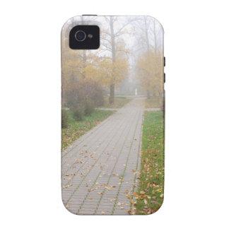Pista en parque del otoño Case-Mate iPhone 4 funda