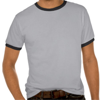 Pistola de Makarov que tira la camiseta urbana del