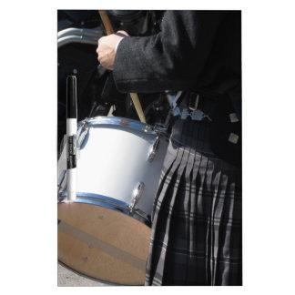 Pizarra Blanca Hombre con la falda escocesa que juega en los