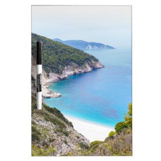 Pizarra Blanca Montañas y mar en la bahía griega
