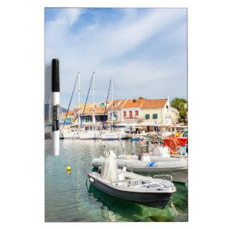 Pizarra Blanca Puerto griego con los barcos de navegación en