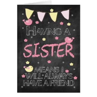 Pizarra del cumpleaños de la hermana con los tarjeta de felicitación