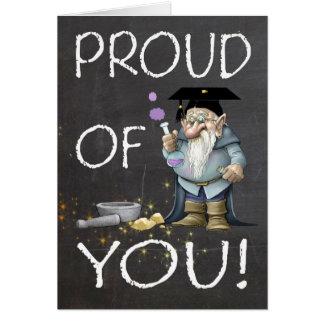 Pizarra orgullosa de usted graduación con gnomo tarjeta de felicitación