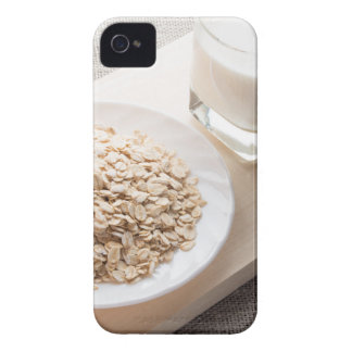 Placa con el cereal seco y un vidrio de leche funda para iPhone 4