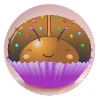 Placa de la magdalena de la mariquita del chocolat platos