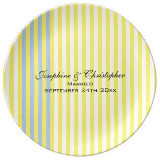 Placa del boda con las rayas amarillas plato de porcelana