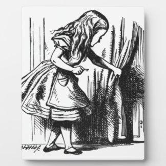 Placa Expositora Alicia encuentra una puerta