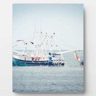 Placa Expositora Barco azul del camarón en el océano