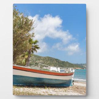 Placa Expositora Barco colorido que miente en la playa griega